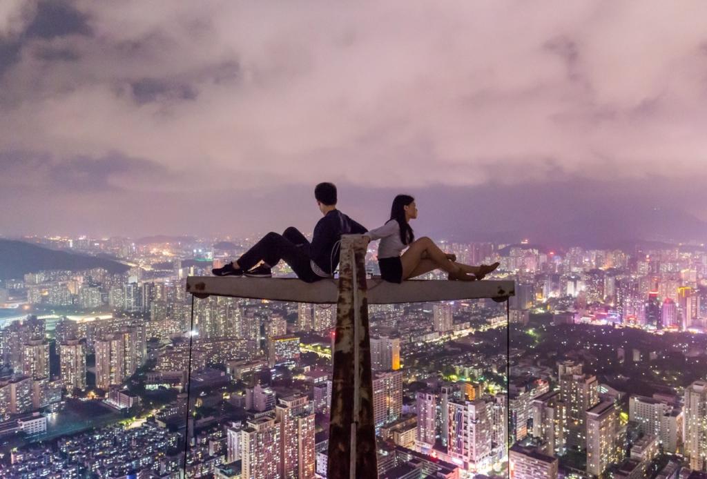 couple sur le toit d'un building